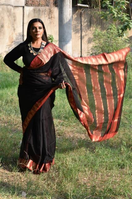 Black Red Maheshwari Silk Sari - Missori